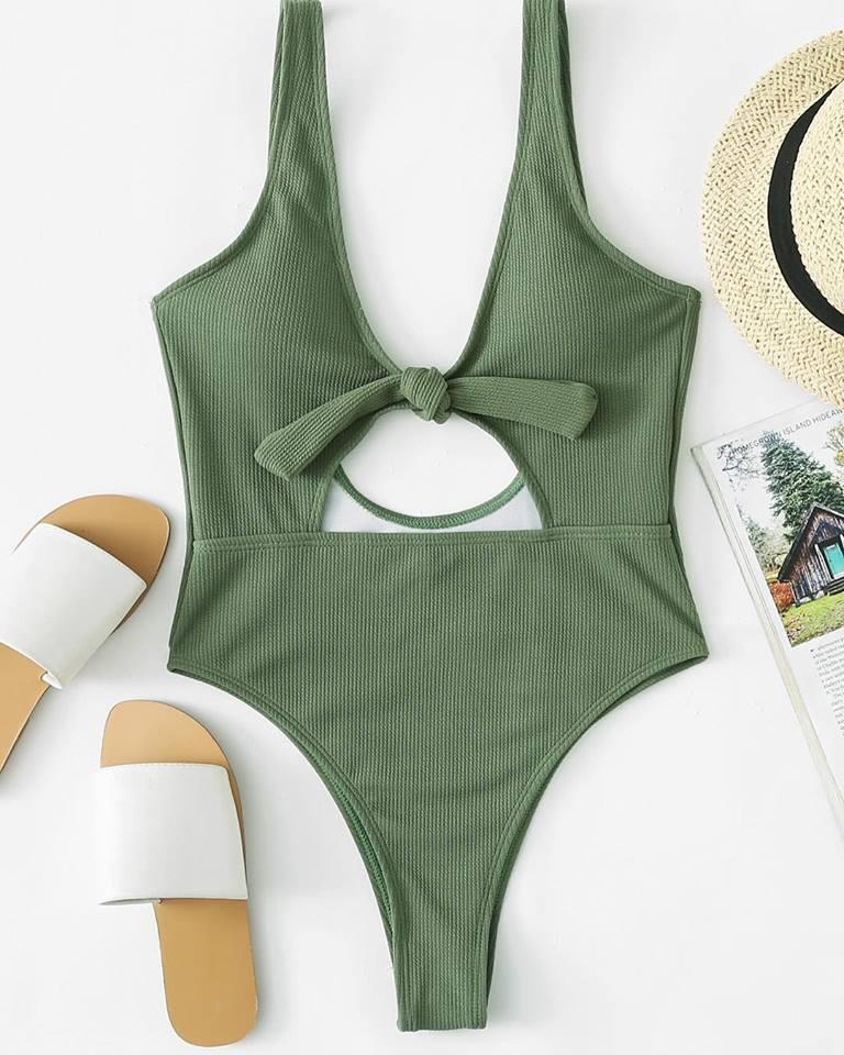 Les maillots de bain en tricot avec les corsets et les culottes en dentelle sont de retour dans la mode des maillots de bain 2019.
